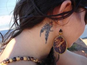 tatouage femme américain derrière l'oreille