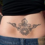 tatouage femme bas du dos céltique
