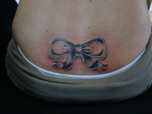 tatouage femme bas du dos noeud