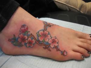 tatouage cheville femme branche fleurs