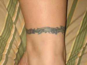 tatouage autour de la cheville femme roses