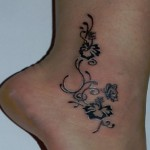 tattoo cheville femme fleurs