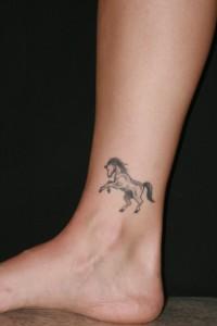 tatouage femme cheville cheval