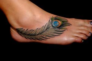 tatouage femme cheville plume paon