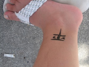 tatouage femme cheville symbole chinois