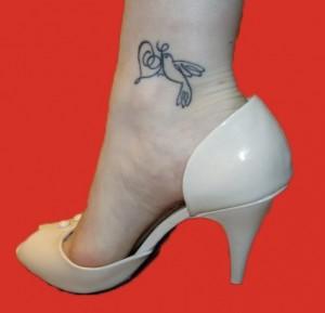 tatouage femme cheville oiseau