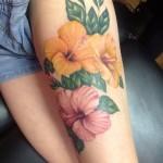 Tatouage femme cuisse fleurs