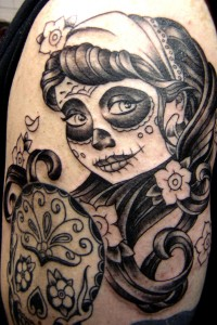 Tatouage femme cuisse visage macabre
