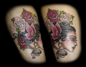Tatouage femme cuisse visage et fleurs