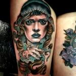 Tatouage femme cuisse visage réaliste