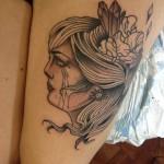 Tatouage femme cuisse visage de femme