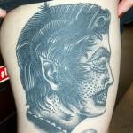 Tatouage femme cuisse visage effrayant