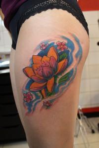 Tatouage femme cuisse lotus