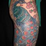 Tatouage femme cuisse paon