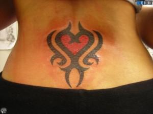 tatouage femme dos tribal coeur