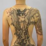 tatouage femme dos arbre