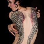 tatouage femme dos ailes couleur