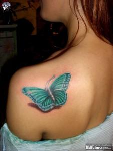 tatouage femme dos papillon omoplate