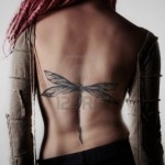 tatouage femme dos libellule discret