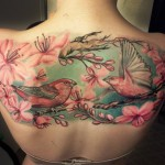 tatouage femme dos oiseaux
