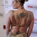 tatouage femme dos star Anastacia