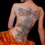 tatouage femme dos libellule