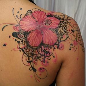 Tatouage femme épaule fleurs lys couleur