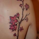 Tatouage femme épaule branche