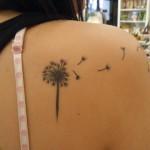 Tatouage femme épaule fleur pissenlit