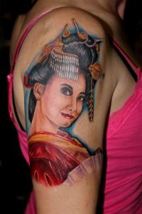 Tatouage femme épaule visage