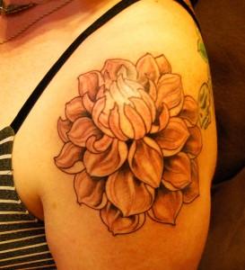 Tatouage femme épaule fleur lotus