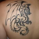 Tatouage femme épaule dragon