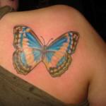 Tatouage femme épaule gros papillon