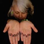 tatouage femme doigts lettres