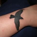 tatouage femme poignet oiseau corbeau
