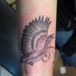 joli tatouage femme poignet oiseau