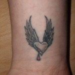 tatouage femme poignet coeur amour