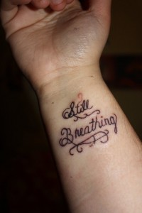 tatouage femme poignet lettrage
