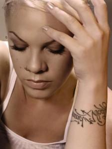 tatouage femme pink poignet