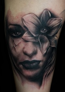 tatouage visage femme triste fleur