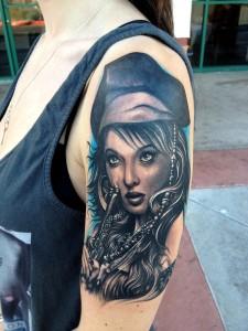 tatouage visage femme revolver gun