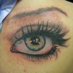 tatouage femme oeil réaliste