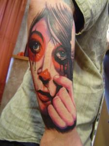 tatouage femme visage sang