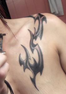 symbole tribal épaule femme