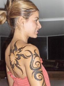 tatouage tribal femme épaule bras