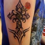 tatouage tribal croix celtique femme