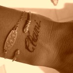 tatoo poignet femme lettre