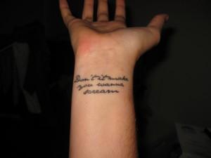 tatouage femme bras phrase