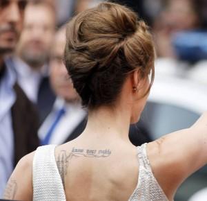 tatouage femme cote phrase
