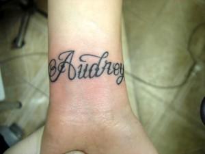 tatouage femme poignet ecriture